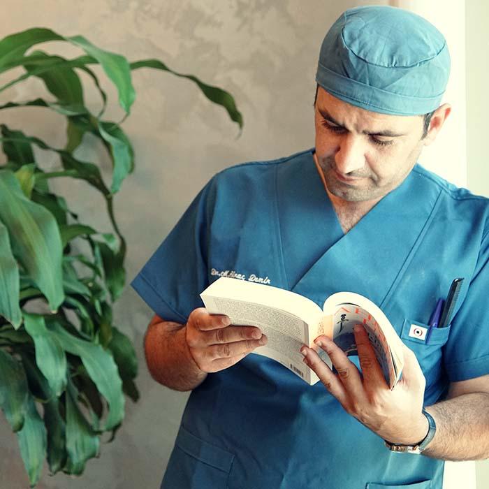 dr demir lisant un livre